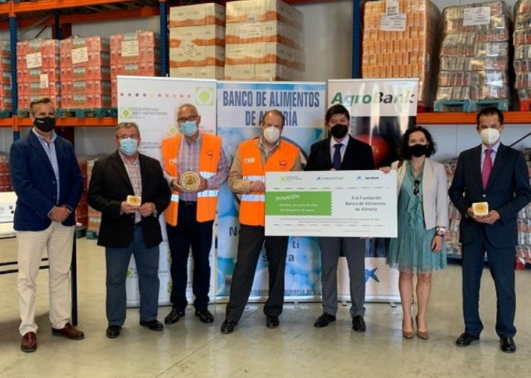 Cooperativas Agro-Alimentarias y CaixaBank donan aceite de oliva virgen y queso al Banco de Alimentos